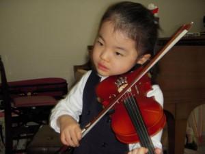 子供ヴァイオリン演奏写真