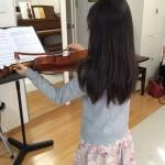 ヴァイオリンレッスンノートをとりながら