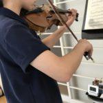 ヴァイオリンの弓が弾むのは